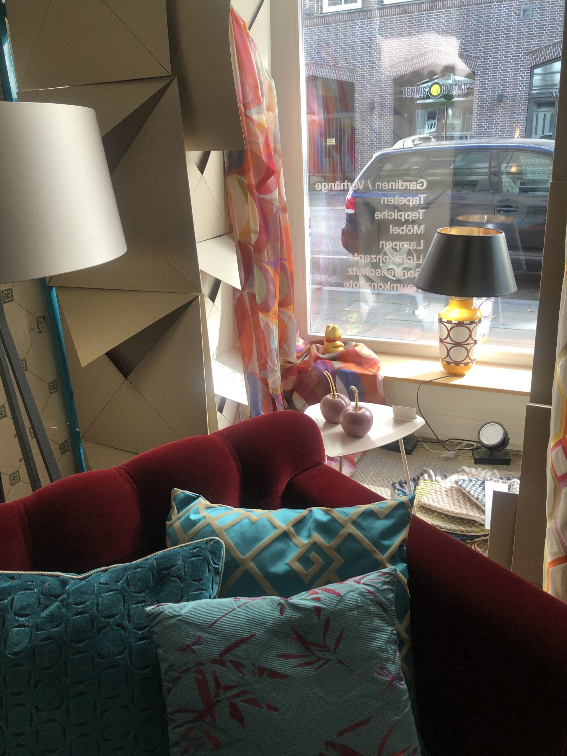 Schaufensterdeko - rotes Sofa
