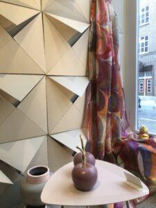 Schaufensterdekoration im Herbst - Schals und Früchte