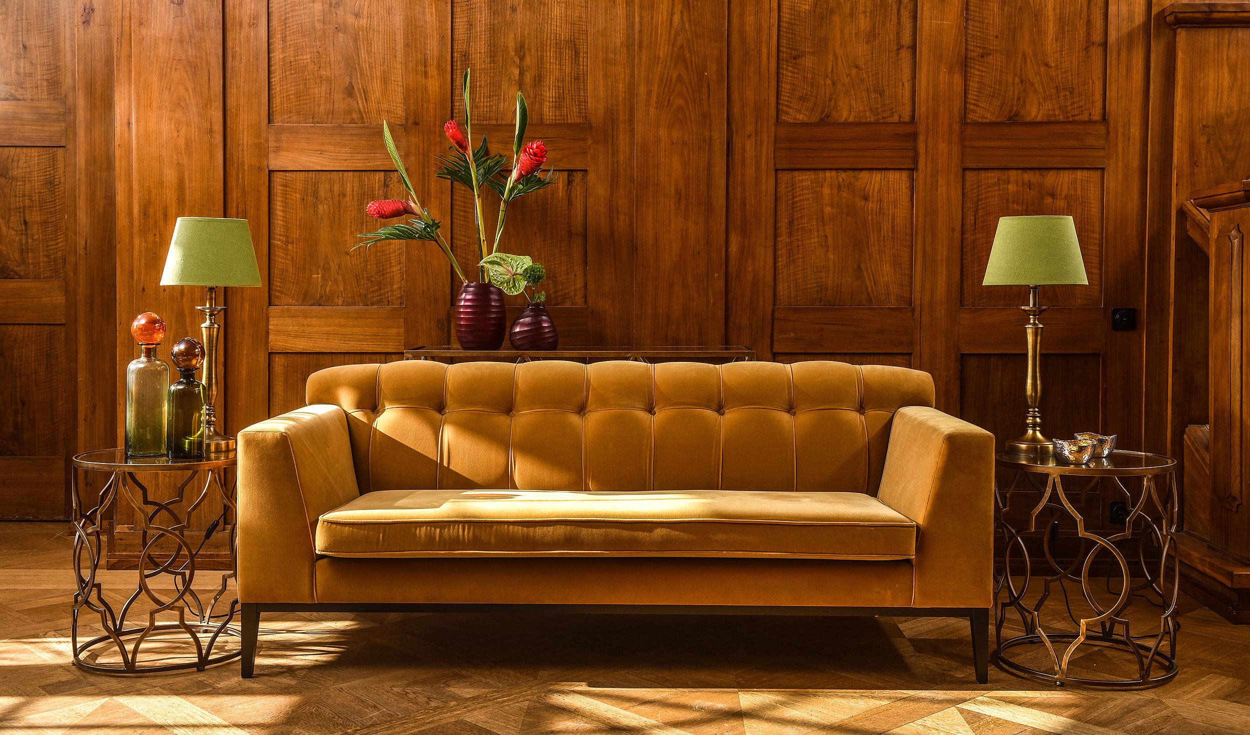 Sofa in der Lobby des Schlosshotels Hasenwinkel